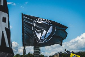 Read more about the article Antifa Vs. Proud Boys: Public Stand-Off At Tom McCall Waterfront Park